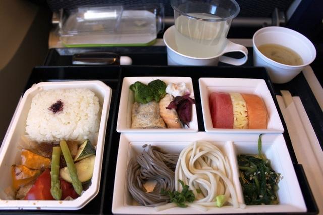 ANA JAL 革新:デリー→成田便のANAの朝食(味噌汁付き)