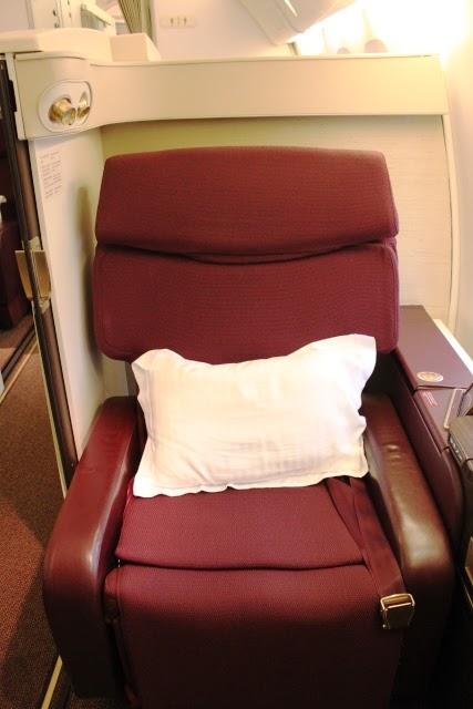 オトマン(足置き場)から写した座席