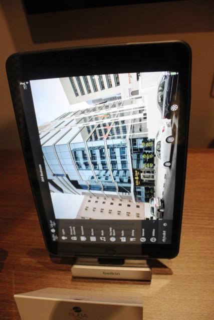 ホテル案内はiPadのタッチパネル式!