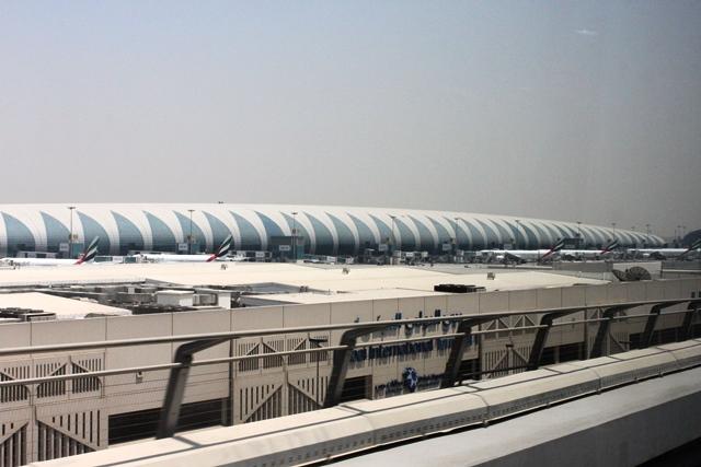 エミレーツ 777 エコノミー:メトロから眺めるドバイ空港第3ターミナル