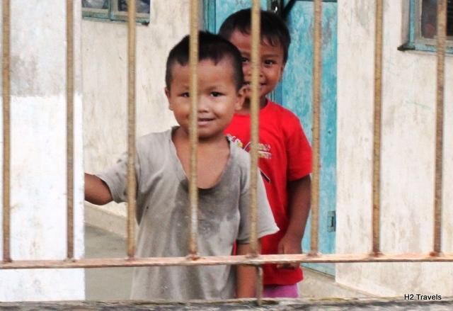 メガラヤ マウリンノン:道中の子供たち
