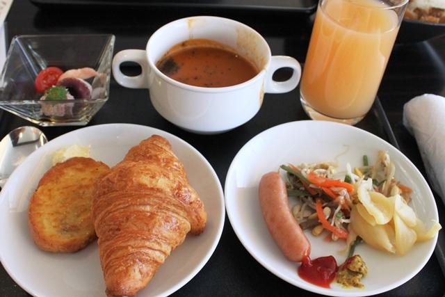 ラウンジの朝食