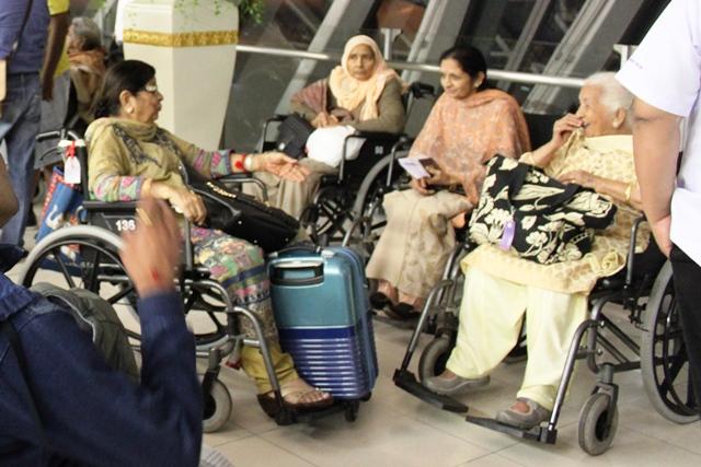 車椅子のインド人マダム達