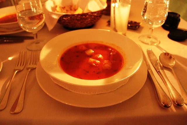 トマトベースのシーフードスープ