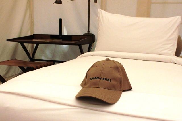 ベッドとアマニカース帽子