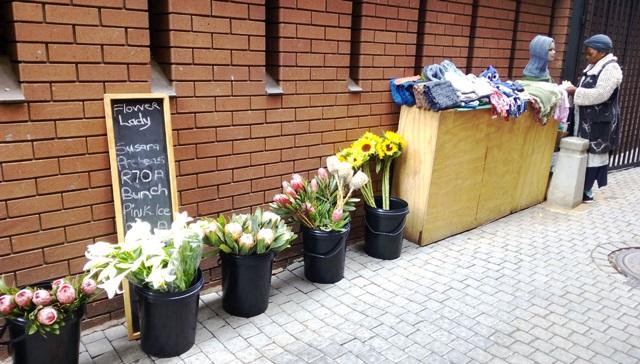 土曜市入口の花屋