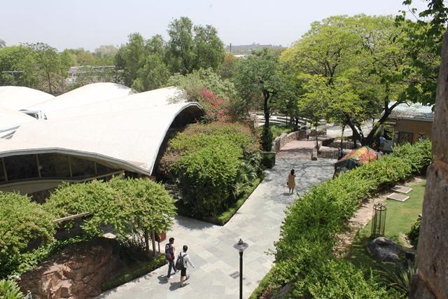 中学(ミドルスクール)ビルから眺める校内