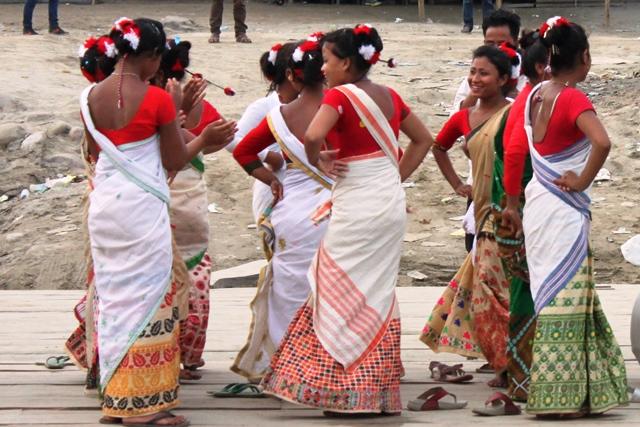 対岸では踊り子が船上で練習していました