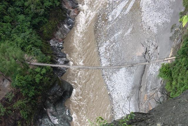 国道から眺める竹の吊り橋