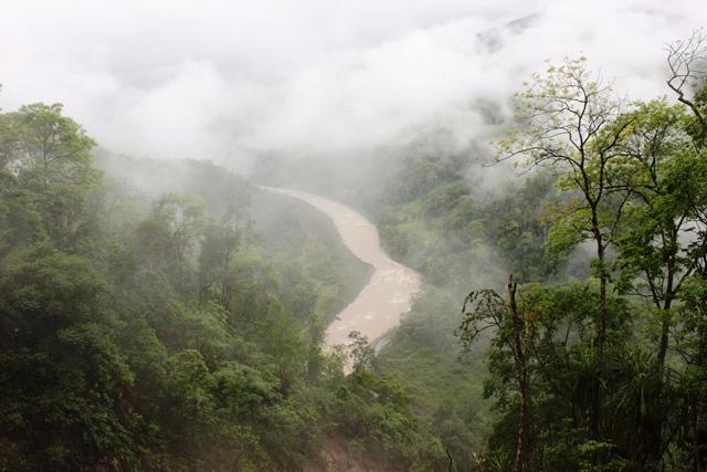 雲の中から現れるヤムネ川