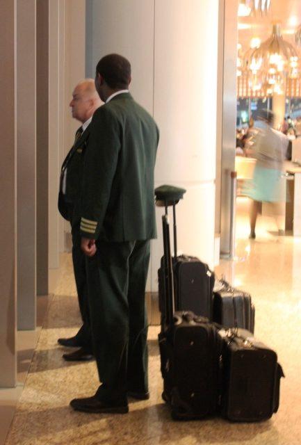 到着フライトを待つエチオピア航空のパイロット