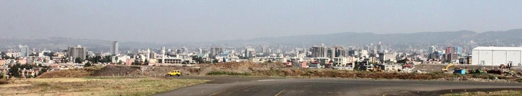 滑走路から眺めるアディスアベバ市街