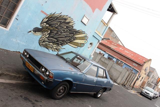 クラシックカーと鷲?