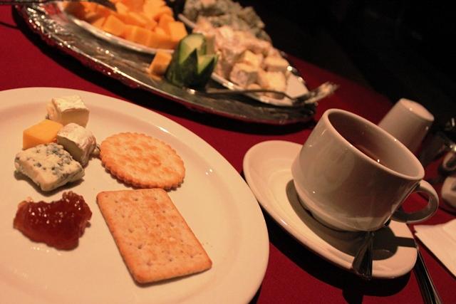 食後のチーズとルイボスティー