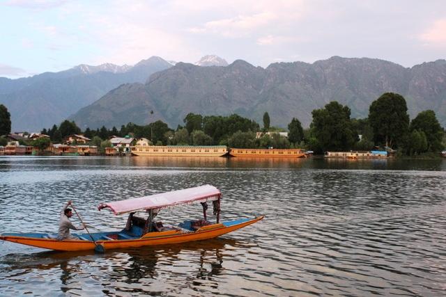 カシミール 治安:静寂なスリナガルのナギーン湖