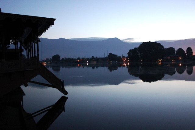 早朝のナギーン湖