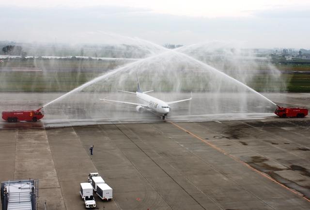 放水による歓迎セレモニー