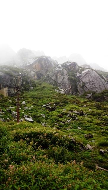 ツォムゴ・レイク裏の険しい山々