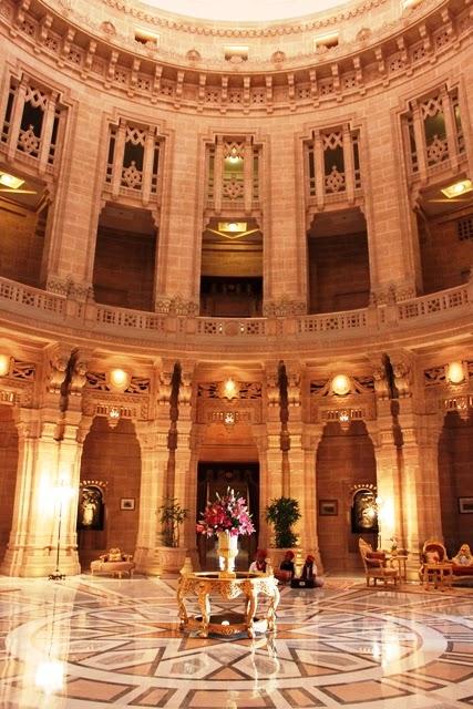 ウマイドバワン・パレスの豪華なロビー