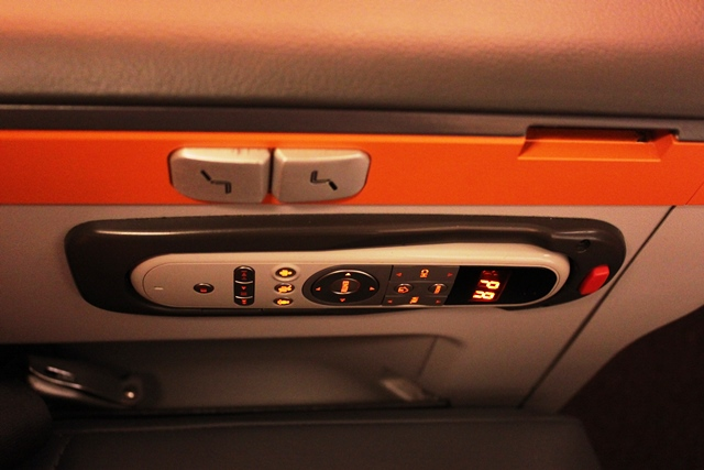 座席リクライニングやフットレスト及びエンターテインメントコントローラー