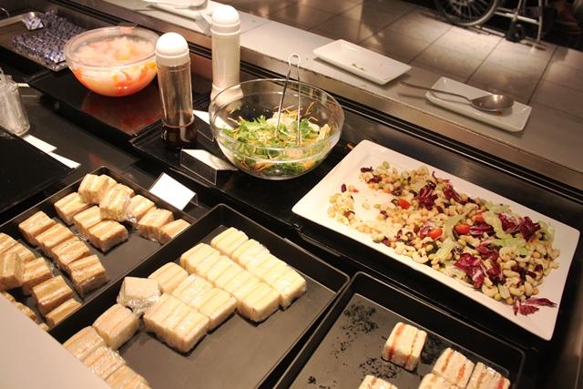 サンドイッチ、サラダ、杏仁豆腐等