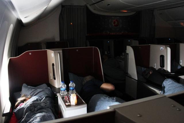 乗客はほぼ皆熟睡中