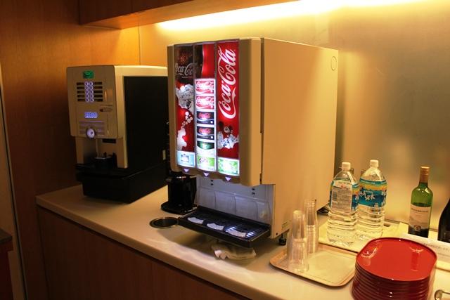 コーヒーマシンとドリンクサーバー