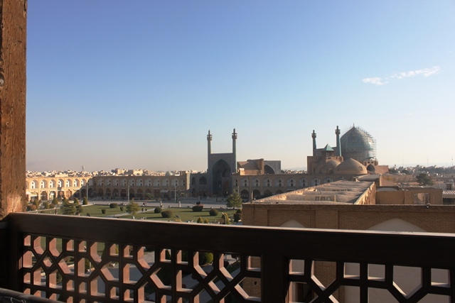 宮殿のテラスから眺めるシェイク・ロトフォッラー・モスク