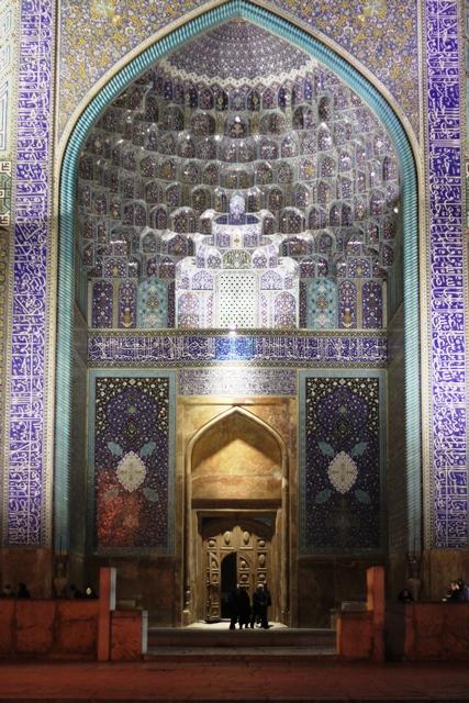 夜のモスク入口