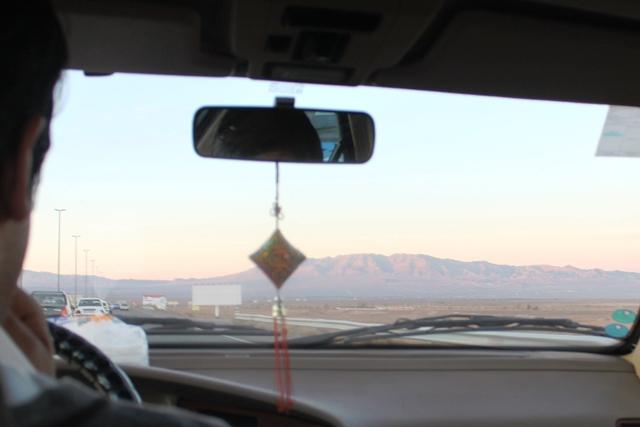 砂漠の中を走る