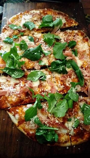 生ハムとルッコラのピザ