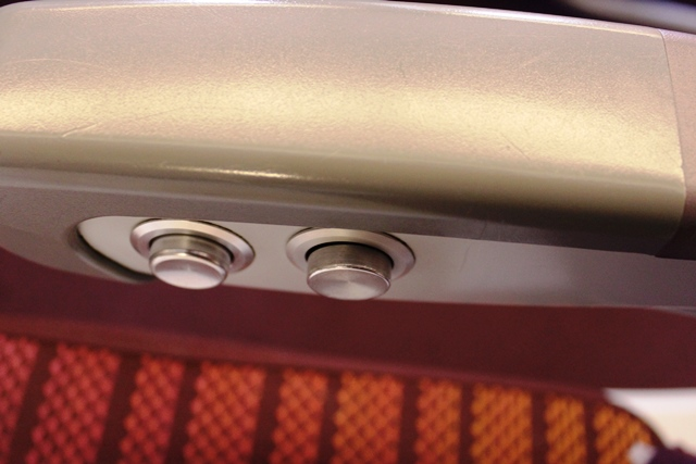 リクライニングボタンの他にランバーサポートボタンも