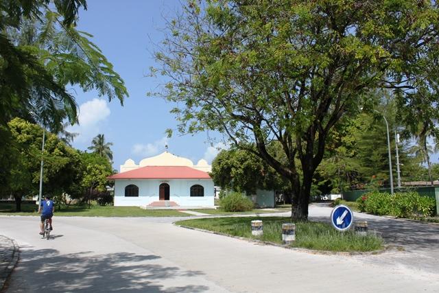 モルディブ ガン島:リゾート前のモスク