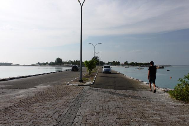ガン島とフェイドゥー島を結ぶ土手橋