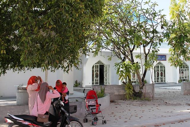フェイドゥー島のモスクの前