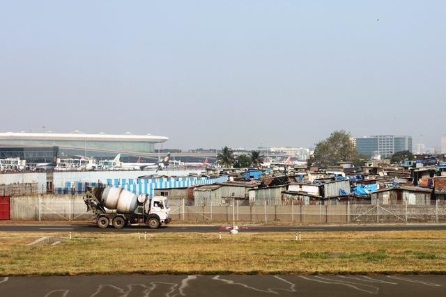 第2ターミナルと密集したスラムが両立