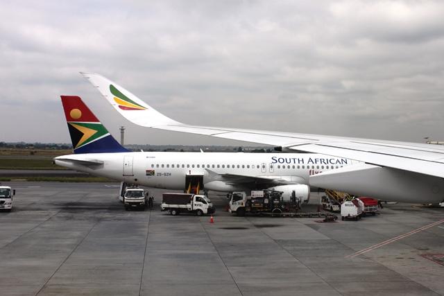 隣に南アフリカ航空A320機