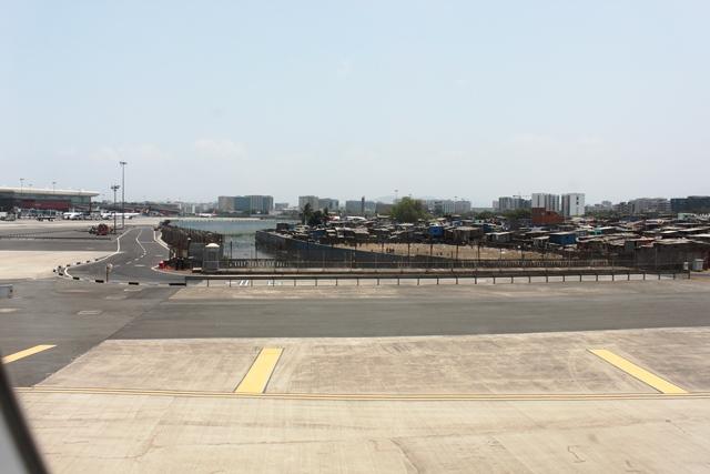 立派な国際空港ターミナルとコントラスト