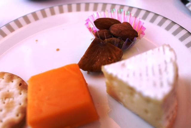 チーズはアーモンドとイチジクも