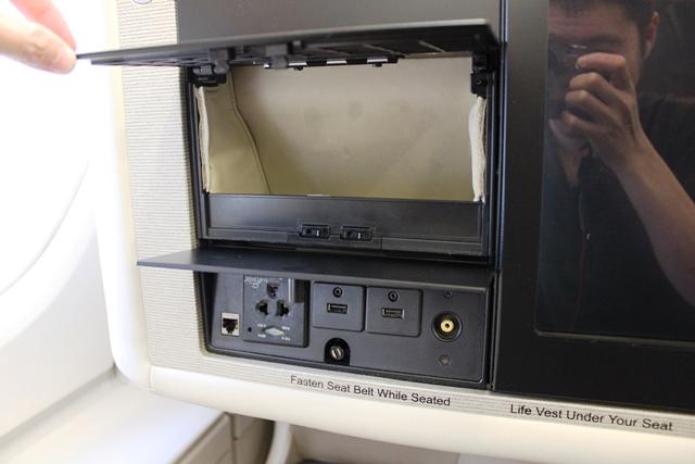 小物入れと電源・USBポート
