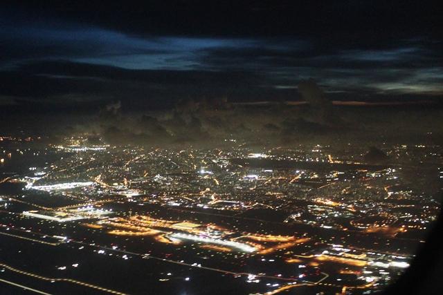 チャンギ空港のネオンとシンガポール市街