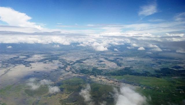 インパール作戦 雨期:インパール空港到着前の景色