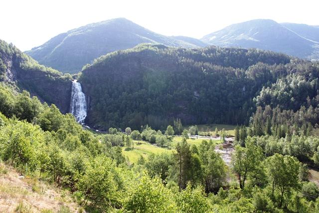 滝と山岳地帯