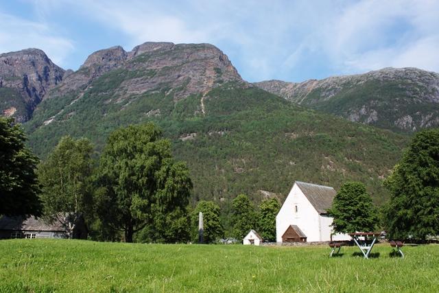 教会とフィヨルド地形