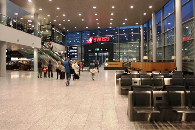 スイス国際航空のチェックインカウンターゾーンまで歩く