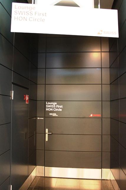 こんなスタッフ専用ドアみたいなのが入り口