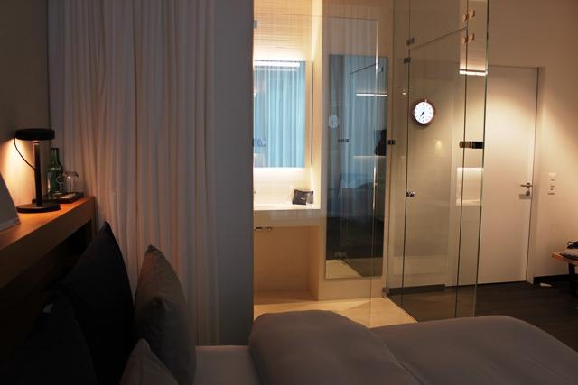 ベッドから眺める部屋