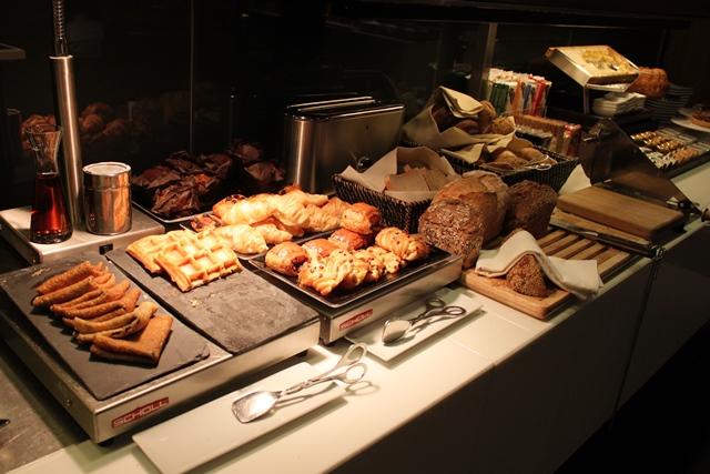 パン各種とワッフル