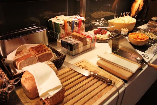 パン、クラッカー各種、チーズスライサー