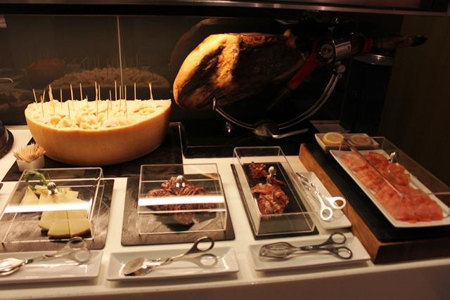 チーズ、ハム各種、スモークサーモン